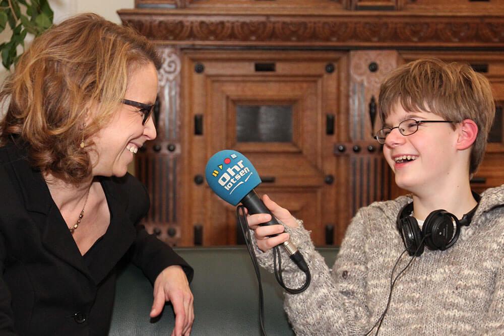 Jugendlicher Reporter interviewt Bürgerschaftspräsidentin