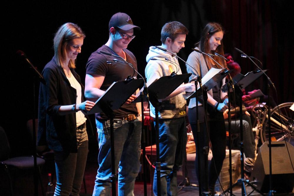 Die vier Sprecher im Studio vor den Mikrofonen